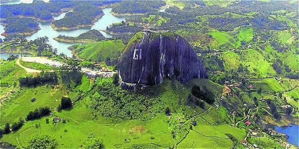 El vuelo de 'La Ruta del Agua' permite disfrutar de la majestuosidad de la Represa Hidroeléctrica de Guatapé y la Piedra del Peñol.