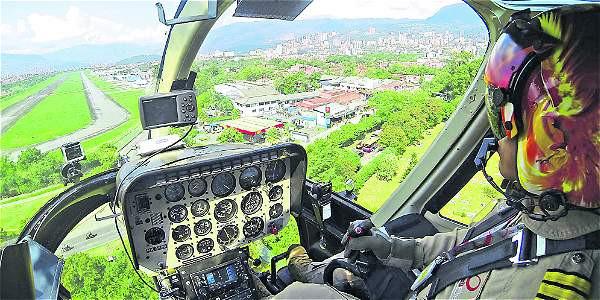 Foto: Guillermo Ossa/EL TIEMPO El capitán Wilson López cuenta con más de veinte años de experiencia operando aeronaves. Él, durante el viaje, habla sobre los lugares sobrevolados.