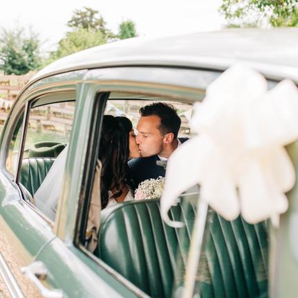 vintage-wedding-car-kiss