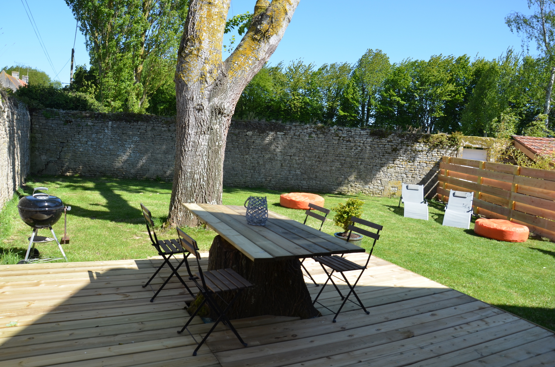 le jardin, clos de mur avec terrasse