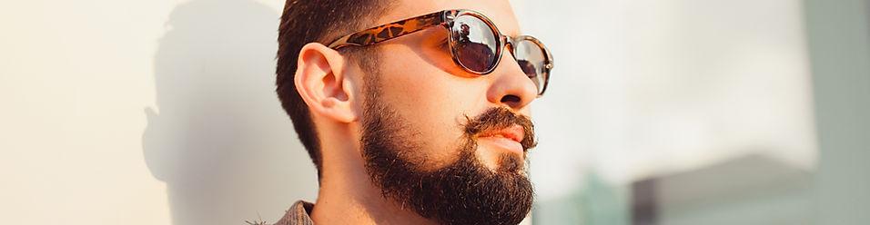 Фотография мужчины в модных солнцезащитных очках