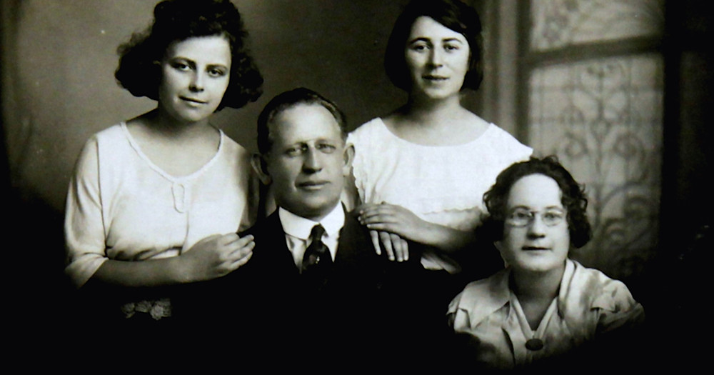 Ochberg with his wife Polly and daughters Ruth (left) and Bertha (right)