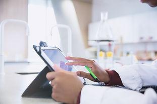 Wissenschaftler am Tablet