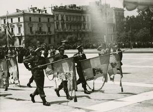 27 ΑΠΡΙΛΙΟΥ 1941: Ο Εύζωνας Κουκίδης πέφτει από την Ακρόπολη.. αρνούμενος να παραδώσει την γαλανόλευ