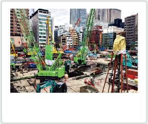 建設現場でのトータルステーションによる測量業務