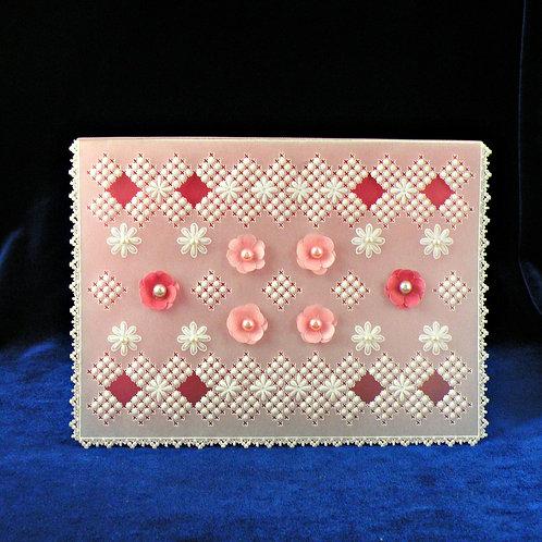 Carte dentelle de papier aux fleurs roses et perles