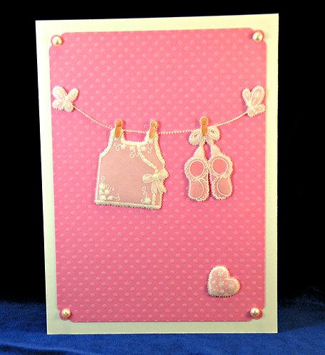 Carte bébé fille ou garçon - vêtements suspendus