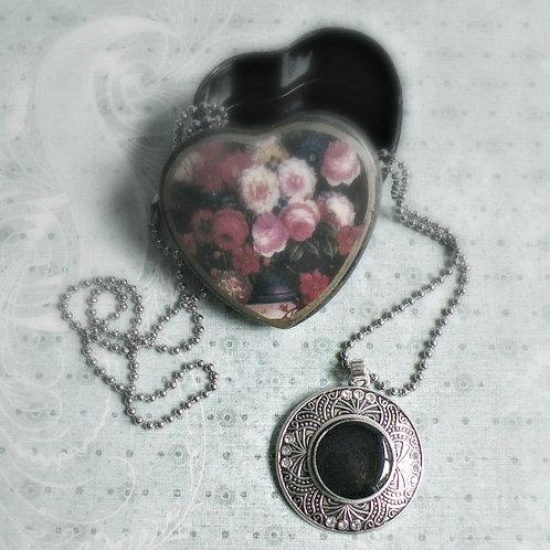Collier à médaillon rond avec gemmes au cabochon ''snap'' noir