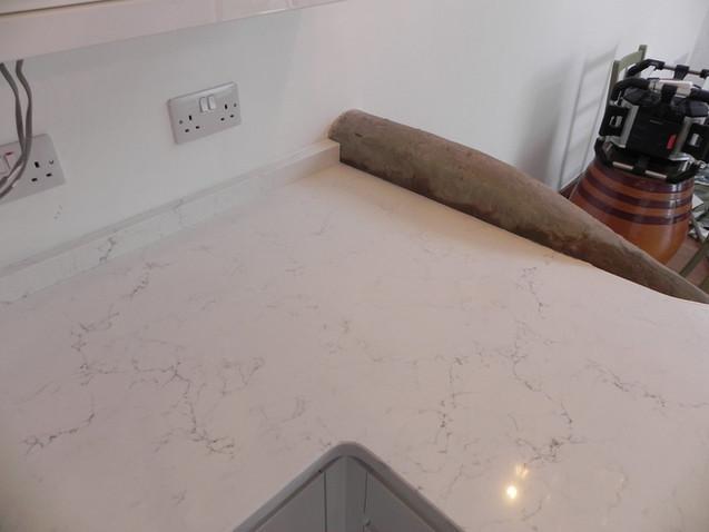 'L'Shaped worktop out of Unistone Carrara Misterio Quartz