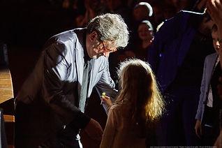 La petite fille offre sa sucette