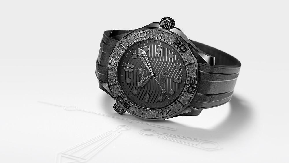 海馬潛水300米BLACK BLACK腕錶的陽刻錶圈刻度、波浪紋讓黑色系更有層次。