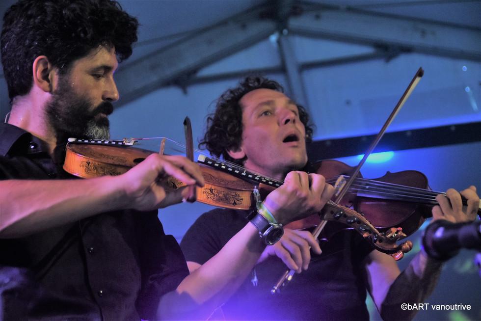 Raphael De Cock (hardanger fiddle), edwin Vanvinckenroye (viola d'amore)