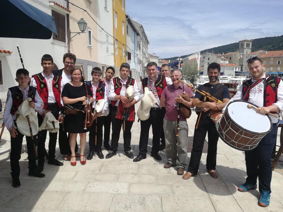 Griff Trio groepsfoto met bulgaren Kroat