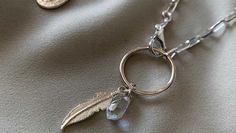 Cadena con pluma y cristal de protección