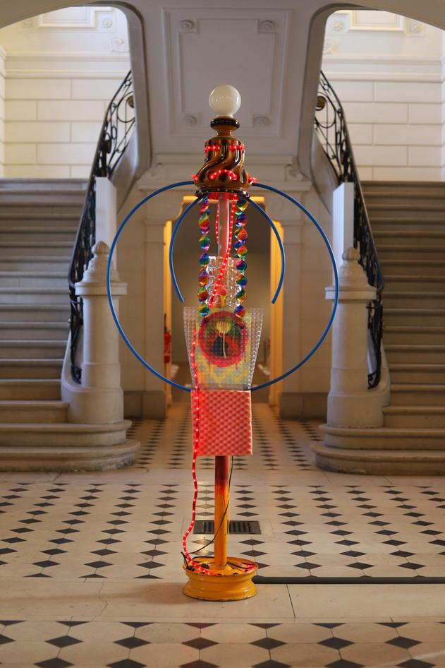 Candélabre, de la série Mâts, objets récupérés, Musée de Louviers, 2020