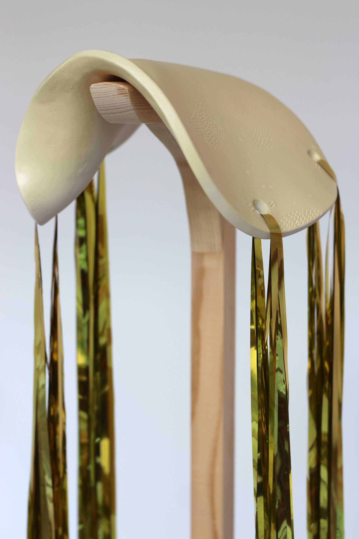 Pied à Gommer / détail / céramique, bois, rideau doré / 2018