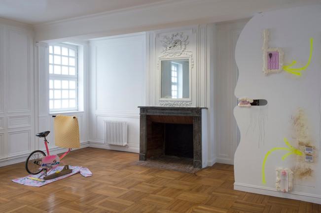 Exposition «Tuileries » / salle « Équipements d'Appartements » / Sculptures : Glamping, Pouf À Cheveux, SportTélé / à l'Académie (le SHED), à Maromme, septembre 2019. © Marc Domage