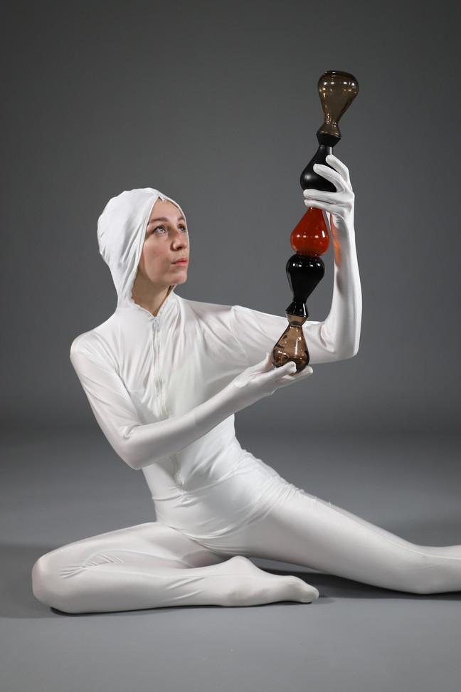 Baton Roller, vidéo performance, vases en verre assemblés, combinaison,au Confort Moderne, à Poitiers, mars 2019, performeuse: Solène Dumureau.