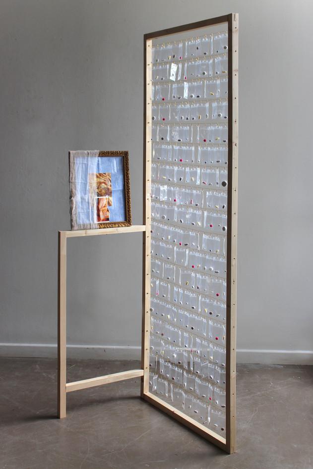« Étalage Thérapeuthique » - bois, sachet plastique, pillules, cadre, tissu, photo, fils, fermoirs - H200xL100xP40cm - 2018.