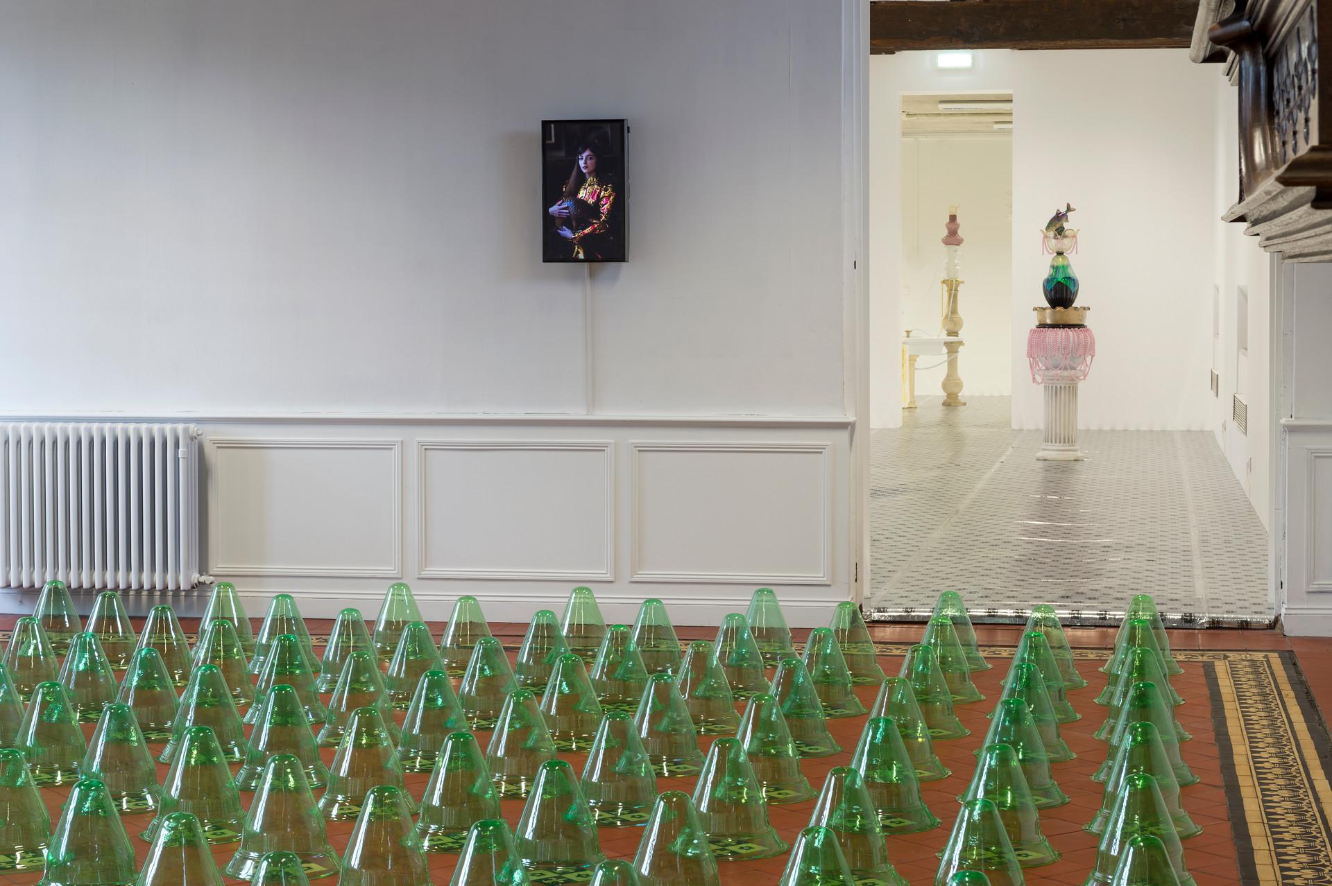 Jardin à la Française / installation in situ / cloches en plastique de jardin, à l'Académie (le SHED), à Maromme, septembre 2019. © Marc Domage