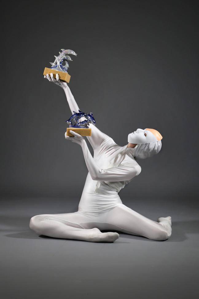Taloches de Bain, vidéo performance, éponge, dauphins en céramique, masque, combinaison,au Confort Moderne, à Poitiers, mars 2019, performeuse: Solène Dumureau.