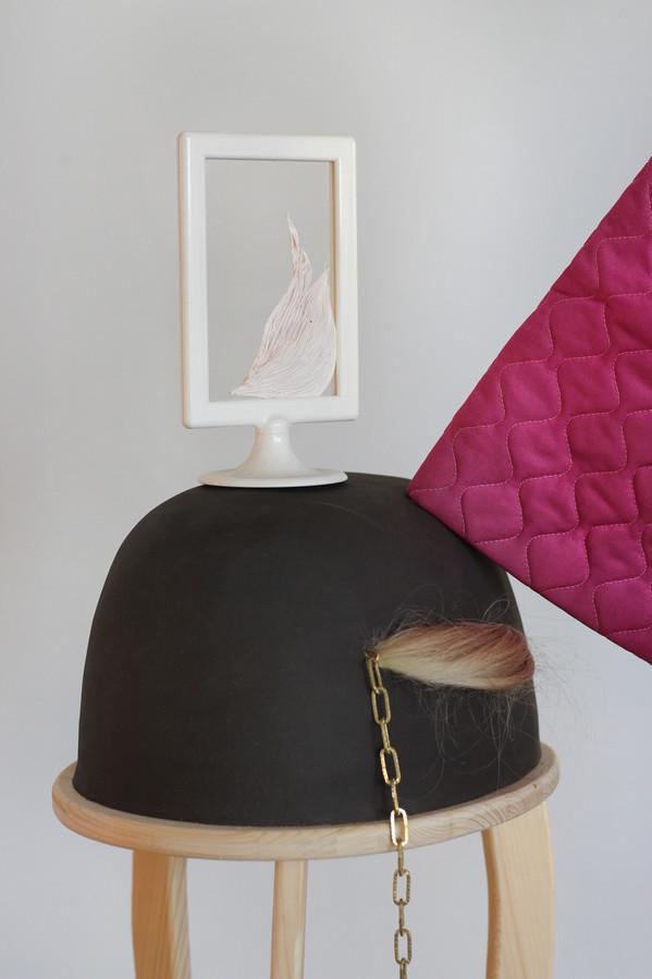 Promenade Quotidienne / bois, céramique, faux cheveux, cadre plastique, pâte polymère, peignoir, boudin de porte /juin 2018, àl'Ésam de Caen.