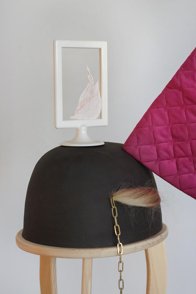 « Promenade Quotidienne » - bois, céramique, faux cheveux, cadre plastique, pâte polymère, peignoir, boudin de porte - 2018.