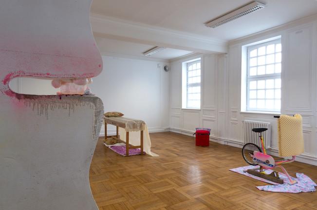 Exposition «Tuileries » / salle « Équipements d'Appartements » / Sculptures : Palette Beautée, Glamping, Pouf à Cheveux, SportTélé / à l'Académie (le SHED), à Maromme, septembre 2019. © Marc Domage