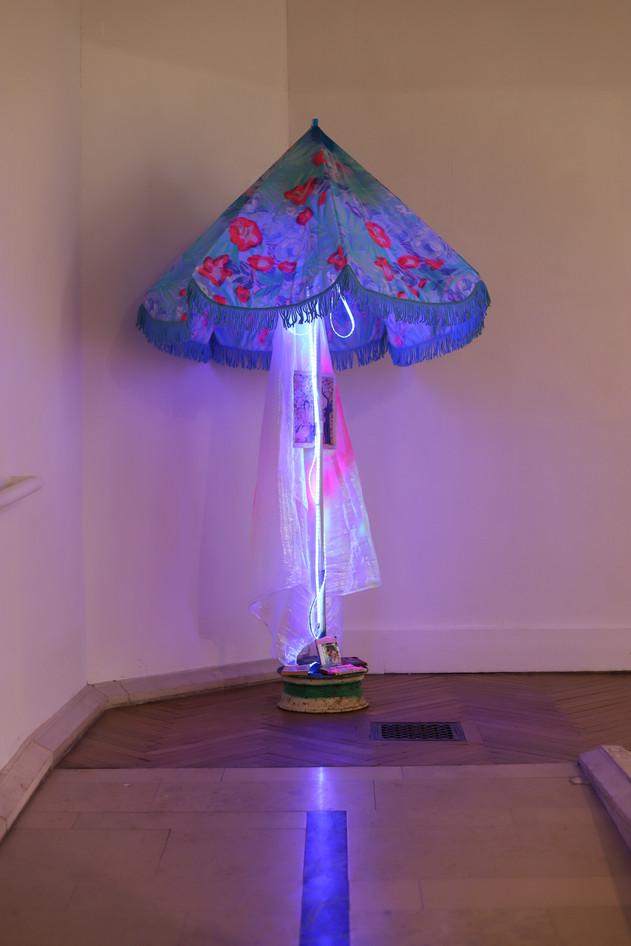 Minuit au Soleil, de la série Mâts, objets récupérés, Musée de Louviers, 2020
