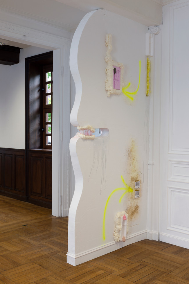 Palette Beautée / sculpture in situ / mousse, peinture, aérosol, plastique, polystyrène / 265x110x10cm, à L'Académie, à Maromme, septembre 2019. © Marc Domage