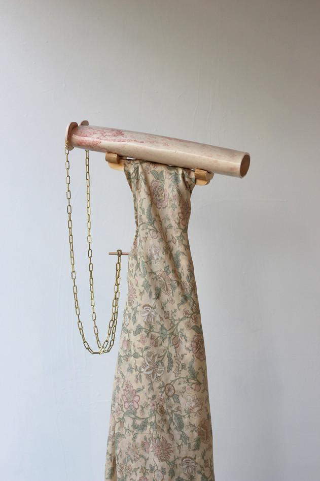 Détail de Eyes Extension / céramique, tissu, chaine, bois / 2018.