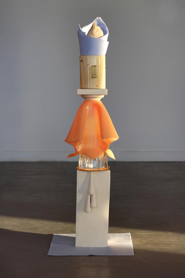 « Fuite de Fluides » -céramique, plastique, verre, serviettes - 85x21x21cm - 2018.