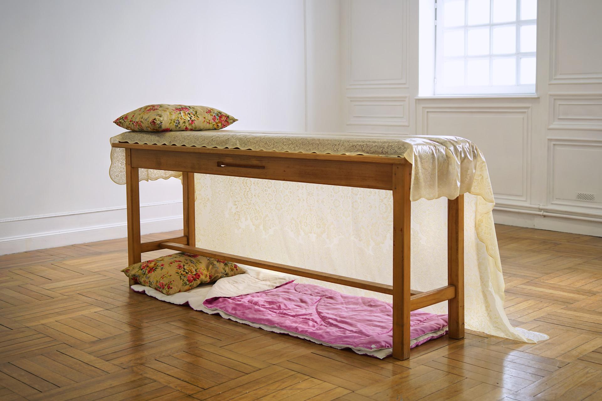 Glamping / lit massage, nappe en dentelle toile cirée, coussins, duvet / à L'Académie, à Maromme, septembre 2019. © Marc Domage