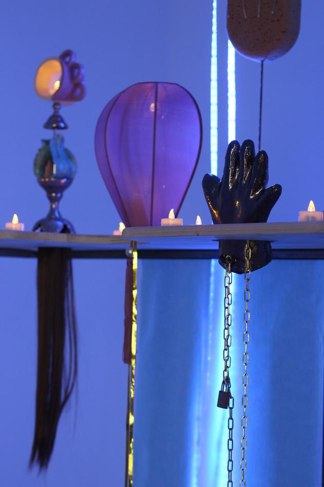 « Autel Chirugical d'Ex-votos Body Challenge » -métal, bois, céramique, drap d'examen, lumière led, bougies, éponge, pâte polymère, objets trouvés -  2018.© Michèle Gottstein