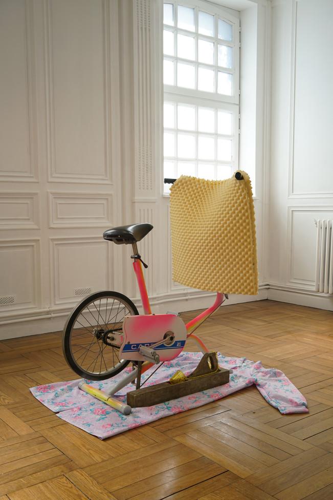 SportTélé / vélo, mousse, aerosols, boucles d'oreilles, bois, plastique, comprimés, robe de chambre / à L'Académie, à Maromme, septembre 2019. © Marc Domage