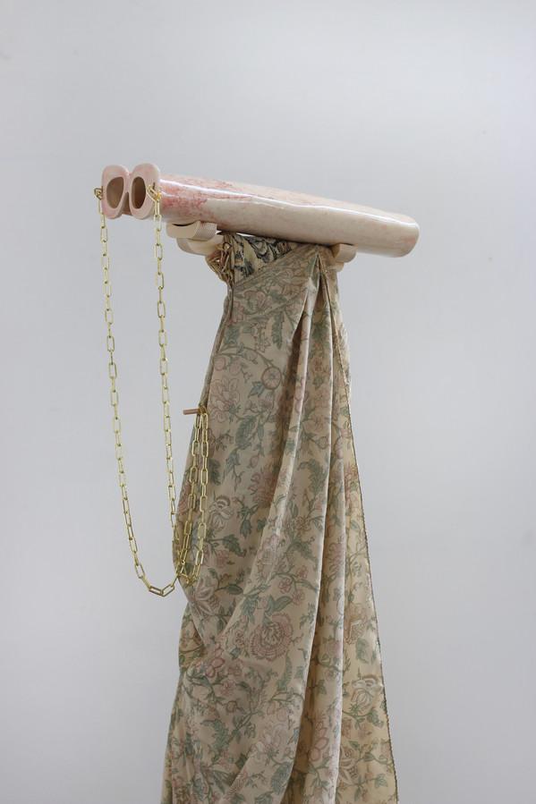 Eyes Extension (détail) / céramique, chaîne dorée, bois, soie, tissu cotton /mars 2018, 146x40x28cm, àl'Ésam de Caen.
