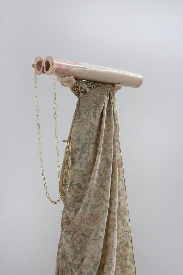 « Eyes Extension » - céramique, chaîne dorée, bois, soie, tissu cotton -146x40x28cm - 2018.