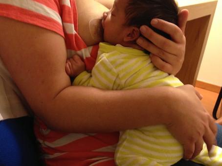 Mi bebé está muy inquieto al amamantar.