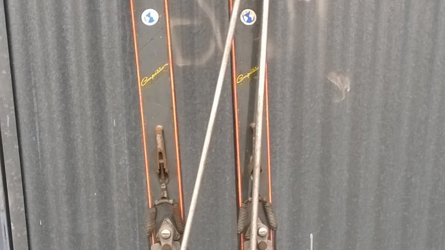 Ancienne Paire de Skis avec ses Bâtons