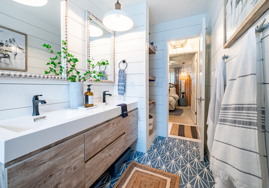 Main bathroom, located across the hall from the Queen bedroom