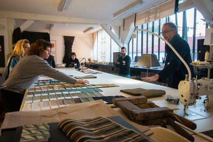 Afterwork DecoWorkers au 37 bis à Paris avec la visite des ateliers d'art et d'artisanat. Présentation du travail de Pietro, artisan plieur