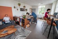 Bureaux aménagés comme à la maison chez DecoWorkers et Splandeed à Senlis, décorés par Coralie Vasseur, agence Carnets Libellule - l'équipe DecoWorkers au travail en mode flex office