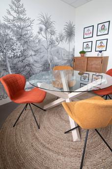 Bureaux aménagés comme à la maison chez DecoWorkers et Splandeed à Senlis, décorés par Coralie Vasseur, agence Carnets Libellule - salle de réunion et créativité dans un décor de voyage et de couleurs