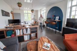 Bureaux aménagés comme à la maison chez DecoWorkers et Splandeed à Senlis, décorés par Coralie Vasseur, agence Carnets Libellule - vue globale du workspace depuis le salon
