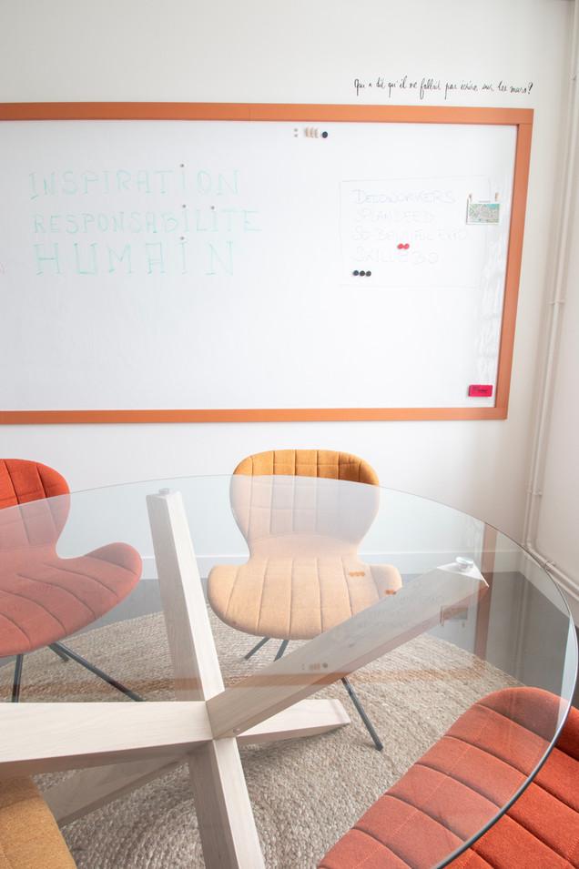 Bureaux aménagés comme à la maison chez DecoWorkers et Splandeed à Senlis, décorés par Coralie Vasseur, agence Carnets Libellule - grand tableau blanc mural VESCOM dans la salle de créativité