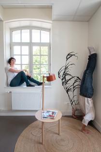 Bureaux aménagés comme à la maison chez DecoWorkers et Splandeed à Senlis, décorés par Coralie Vasseur, agence Carnets Libellule - les co-fondateurs Coralie Vasseur et Jean-Baptiste Vial en mode réflexion