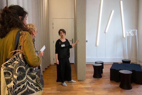 Afterwork DecoWorkers au 37 bis à Paris avec la visite des ateliers d'art et d'artisanat. Lily Latifi nous explique sa démarche de panneaux en feutre