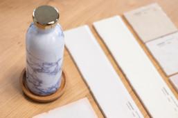 Bureaux aménagés comme à la maison chez DecoWorkers et Splandeed à Senlis, décorés par Coralie Vasseur, agence Carnets Libellule - zoom sur le bureau et matériaux de décoration