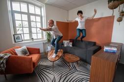 Bureaux aménagés comme à la maison chez DecoWorkers et Splandeed à Senlis, décorés par Coralie Vasseur, agence Carnets Libellule - séance de surf dans le salon avec Jean-Baptiste Vial et Coralie Vasseur