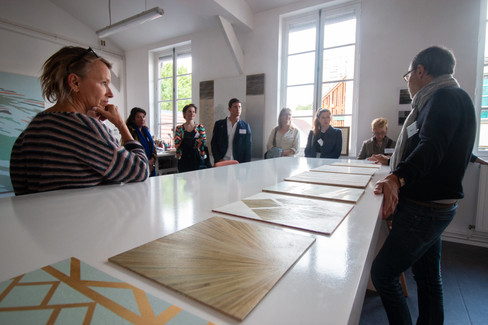 Afterwork DecoWorkers au 37 bis à Paris avec la visite des ateliers d'art et d'artisanat. Laurent Chwast nous montre son travail de peintre en décor